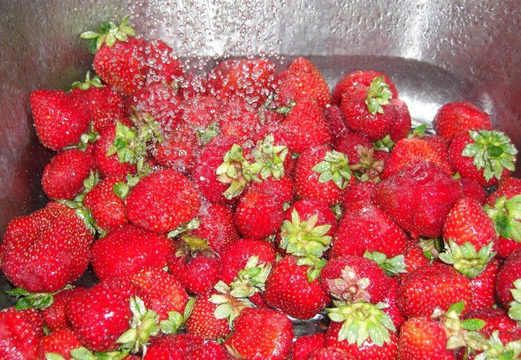 On lave les fraises