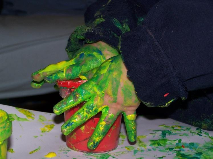 Les mains dans la gouache